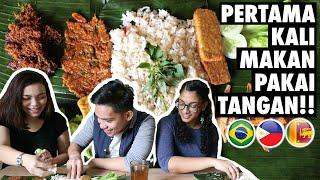 FOREIGN STUDENTS TRY SUNDANESE FOOD